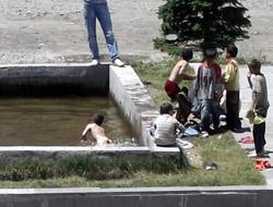 Çocuklar Süs Havuzlarına Akın Etti