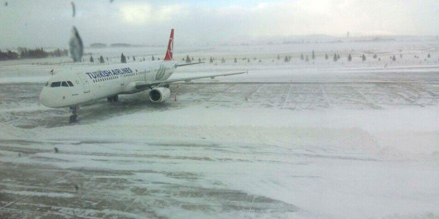 Kars Havalimanı'nda Uçuşlara Kar Engeli