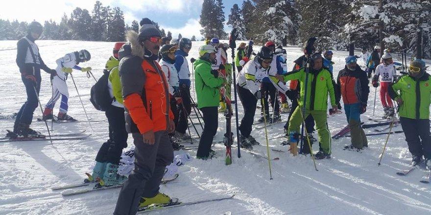 Sarıkamış'ta Alp Disiplini ve Snowboard İl Birinciliği yarışları nefes kesti