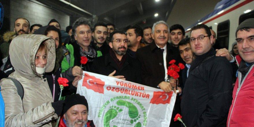 AK Parti Kars İl Başkanlığı Kars'a Gelen Misafirleri Karanfille Karşıladı