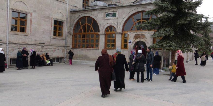 Ebul Hasan-i Harakani Türbesi ziyaretçi akınına uğruyor