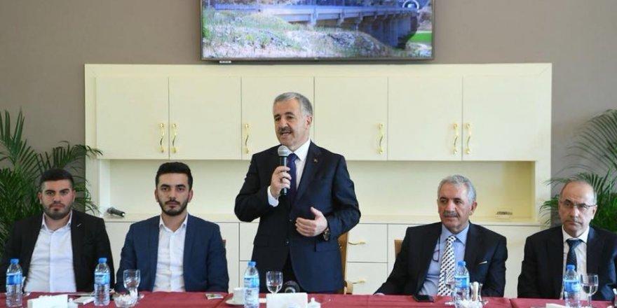 Bakan Arslan, Muhammed Emin Haliloğlu başkanlığındaki gençlik heyetini  kabul etti