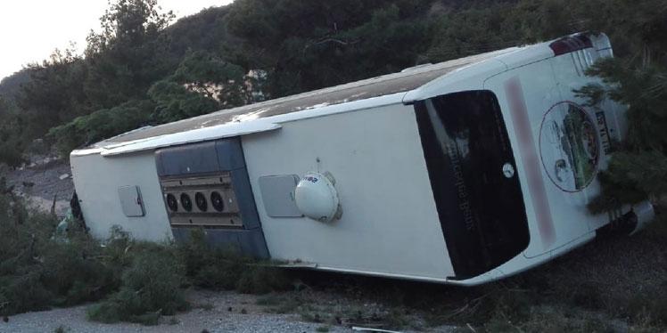 Traktör ile çarpışan yolcu otobüsü şarampole devrildi: 27 yaralı