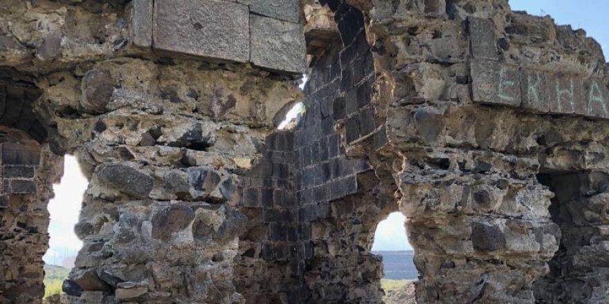 Kars'ta, defineciler kiliseyi kazdı