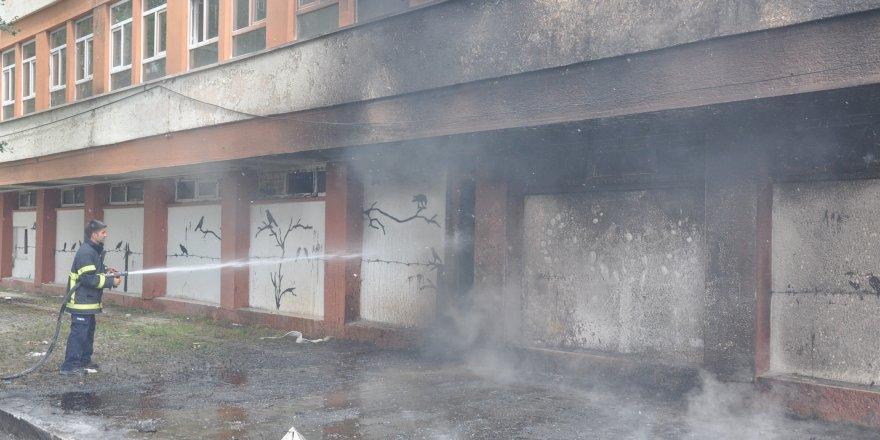 Kars'ta boşaltılmış üniversite binasında çıkan yangın korkuttu