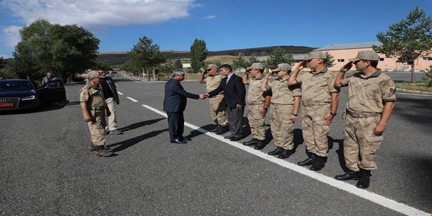 Kars Valisi Rahmi Doğan Jandarma Komutanlığı'nı denetledi