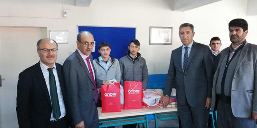 Kars'ta öğrencilere kitap dağıtıldı