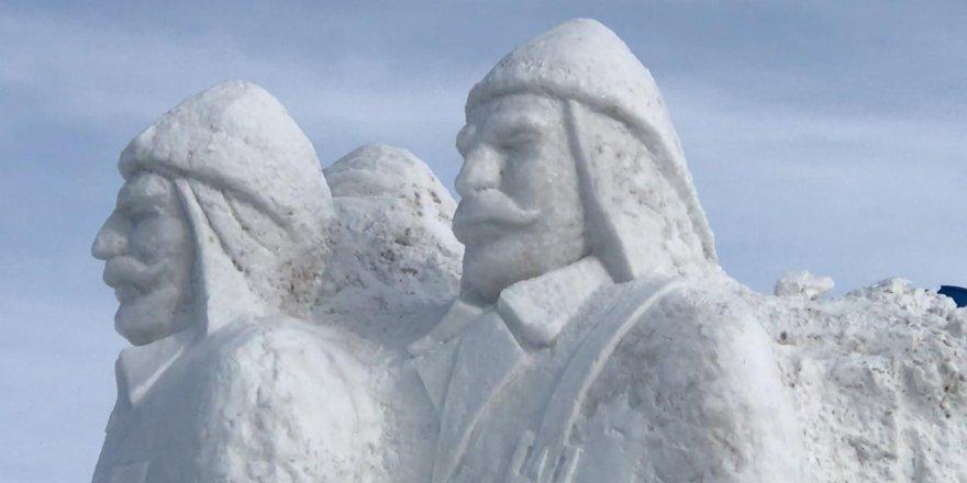 Türkiye'nin en büyük kardan heykelleri Sarıkamış Şehitleri için yapıldı