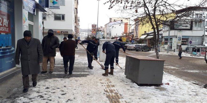 Kars'ta kaldırımlarda oluşan buzlar el yordamıyla temizleniyor