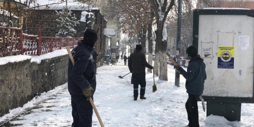 Kars'ta belediye kaldırımların karını temizliyor