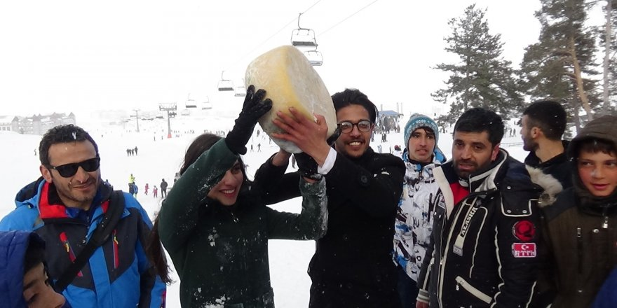 Sarıkamış'ta karda kaşar yuvarlama yarışması