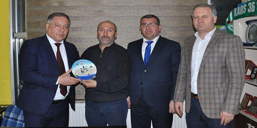 Azerbaycan'dan İHA Kars Temsilcisi Çapanoğlu'na plaket