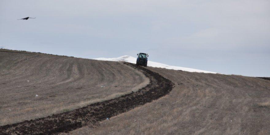 Kars'ta çiftçilerin tarla sürümü başladı