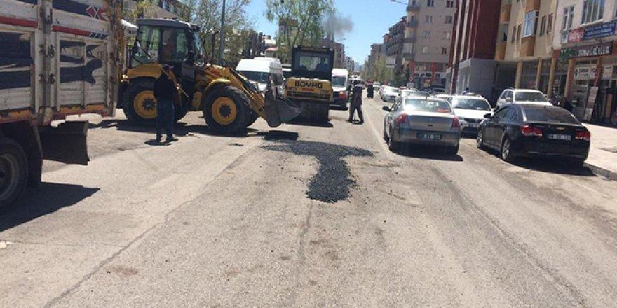 Kars Belediyesi bozulan yollara yama yapıyor