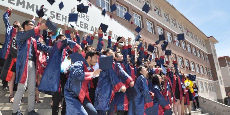 Kars'ta lise son sınıf öğrencileri için mezuniyet töreni
