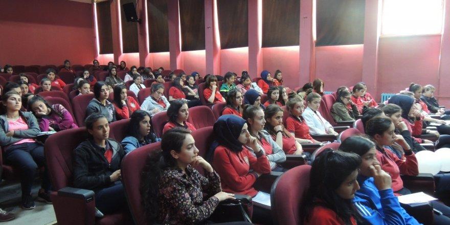 Kars'ta öğrencilere güvenli internet kullanımı anlatıldı