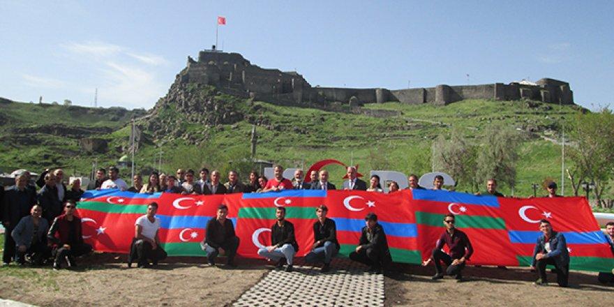 Nahçıvan Devlet Müzikal Dram Tiyatrosunun oyuncuları Kars'ta