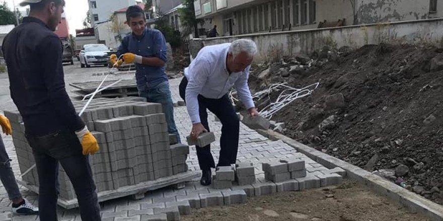 Başkan Altay, işçilerle parke taş döşedi
