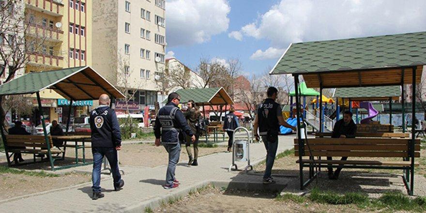 Okul çevreleri ilk günden polisin güvenliğinde
