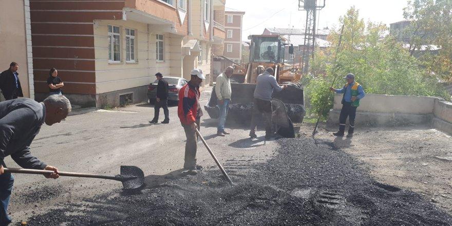 Bozuk yollara sıcak asfaltlı yama yapılıyor
