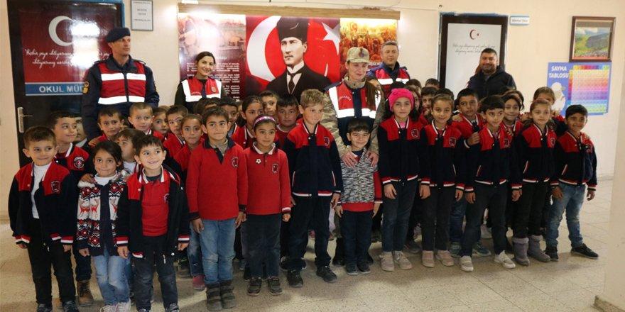 Jandarma'dan köy çocuklarına ziyaret