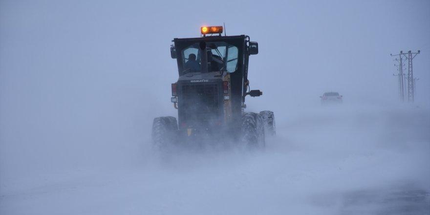 Kars'ta kar ve tipiden 2 köy yolu kapandı
