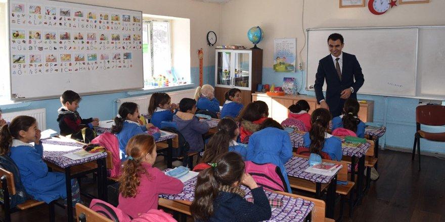 Susuz Kaymakamı Hamza İnam, köy okullarını ziyaret etti