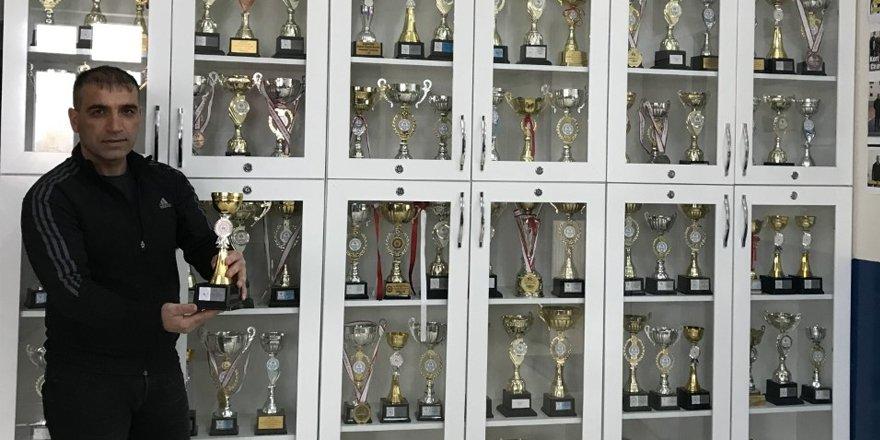 Cevriye Tatış Ortaokulu'nun 100'ncü kupası Hentbol'dan