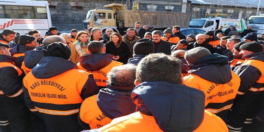 Kars Belediyesi'nden temizlik işçilerine yeni kıyafet