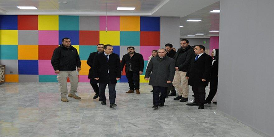 Vali Türker Öksüz, KAÜ'de gençlik merkezindeki çalışmaları inceledi