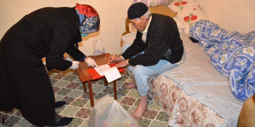 Sarıkamış Kaymakamlığı 65 yaş üstü ve kronik hastası vatandaşlara gıda kolisi