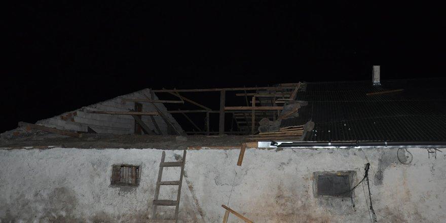 Kars'ta şiddetli rüzgar evlerin çatısını uçurdu