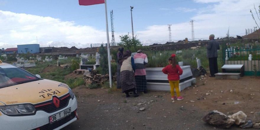 Iğdır'daki şehit oğlunun mezarını Kaymakam sayesinde ziyaret etti