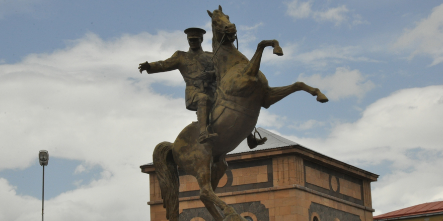 """Kars'ta """"Zafer Anıtı""""nın yerinde yapılan Atatürk Heykeli zamana yenik düştü"""