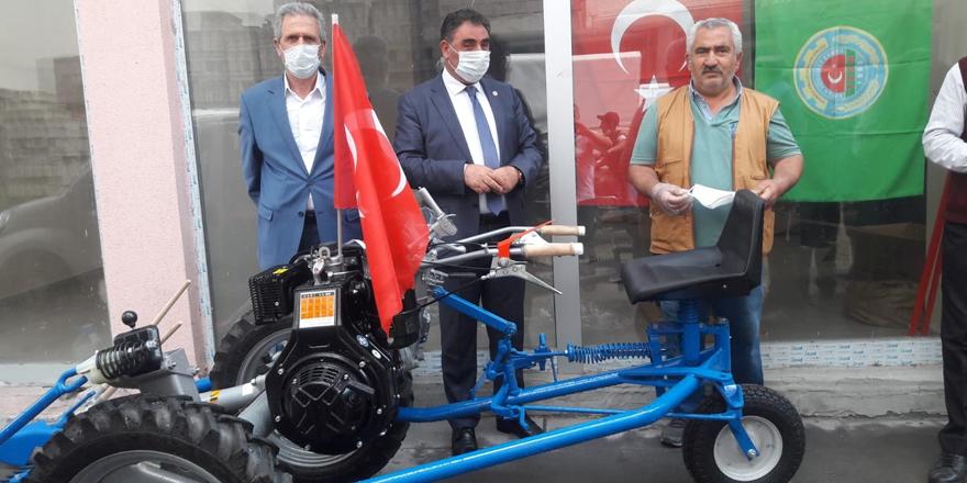 Kağızman'da çiftçilere ot biçme makinesi verildi