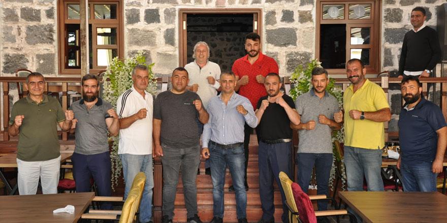 Milli Boksör Selçuk Aydın, hem maddi hem manevi Karslı boksörlerin yanında!