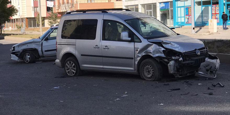 Kars'ta trafik kazası: 1'i bebek 4 yaralı!