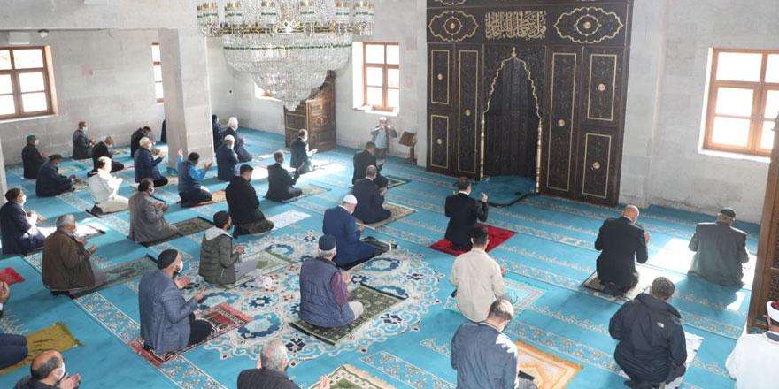 Kars'ta Cuma namazı cami içerisinde kılındı