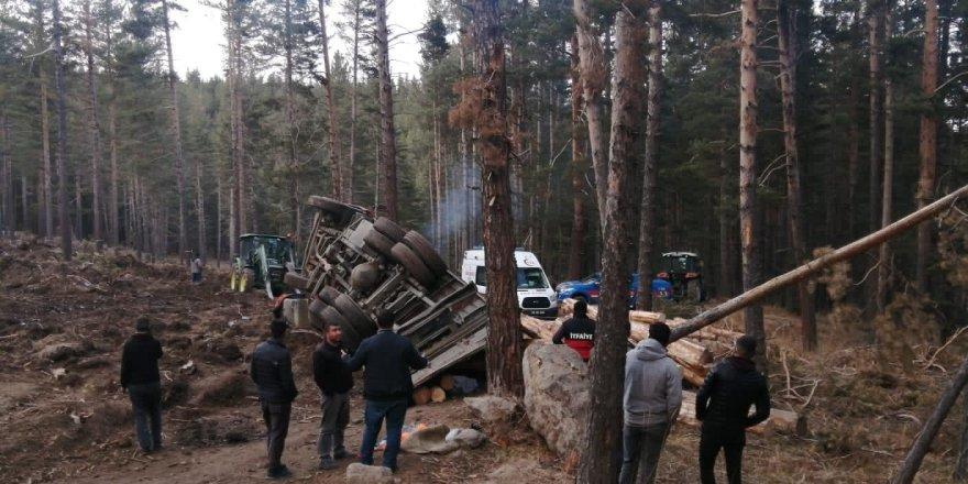 Freni boşalan kamyondan atladı, tomrukların altında hayatını kaybetti