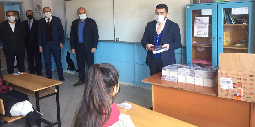 Ahmet Arslan'dan sınava girecek 6 bin öğrenciye kitap desteği