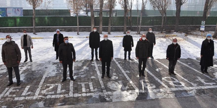 Kars'ta öğrenciler güne İstiklal Marşı ile başladı