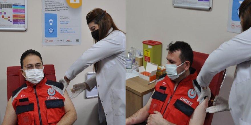 Kars'ta ilk aşı Uz.Dr. Zakir Lazoğlu ve Dr. Aytaç Kesgin'e yapıldı
