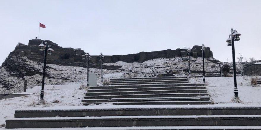 Kars'a beklenen kar yağdı