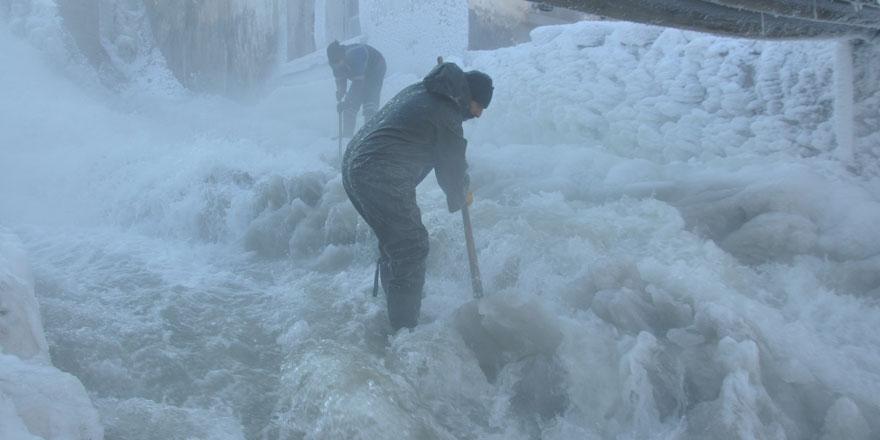 Kars'ta eksi 27 derece soğukta işçilerin buzla sınavı