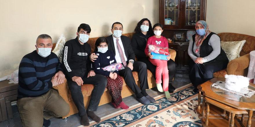 Vali Türker Öksüz, aileleri evlerinde ziyarete devam ediyor