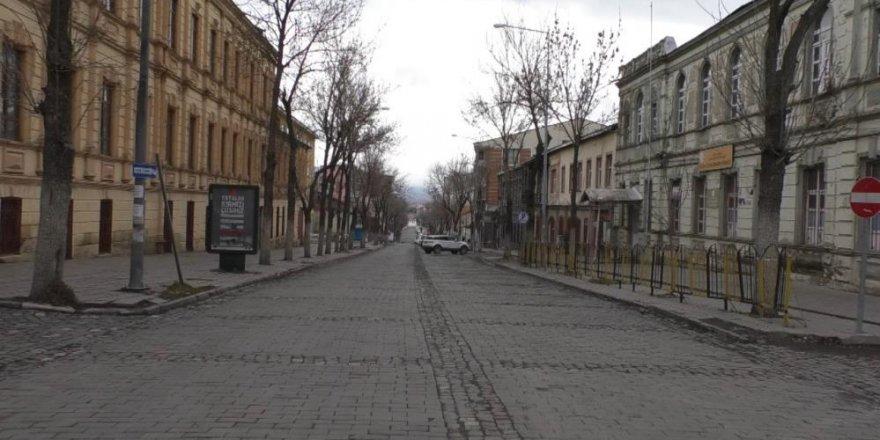 Kars'ta caddeler boş kaldı