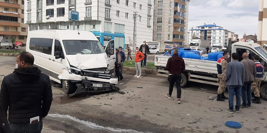 Kars'ta iki araç çarpıştı: 3 yaralı!