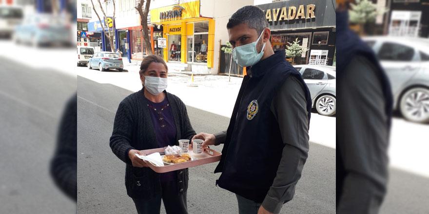 Vatandaşlardan polislere çay ve tatlı ikramı!