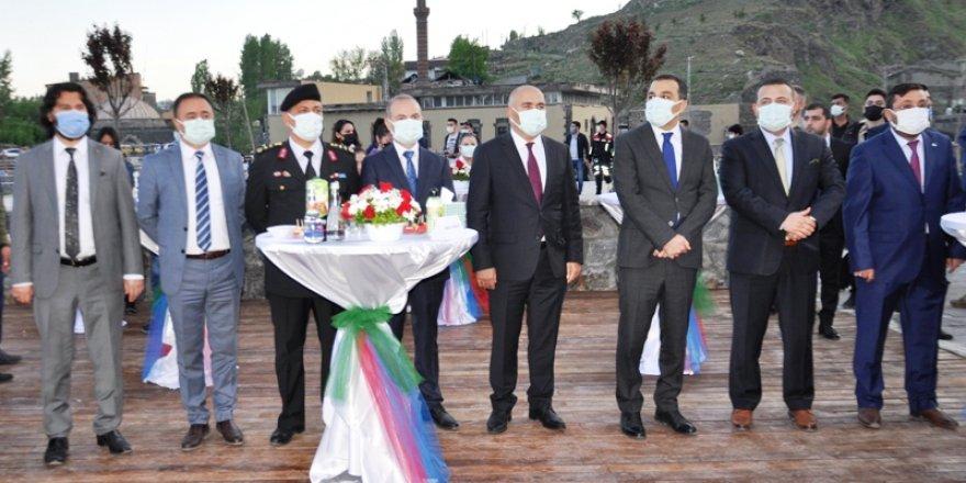 Azerbaycan'ın Cumhuriyet Coşkusu Kars Kalesi'ne yansıdı