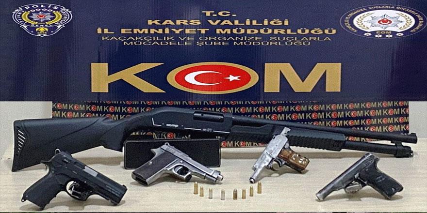 Kars'ta bir iş yerinde 5 silah ele geçirildi